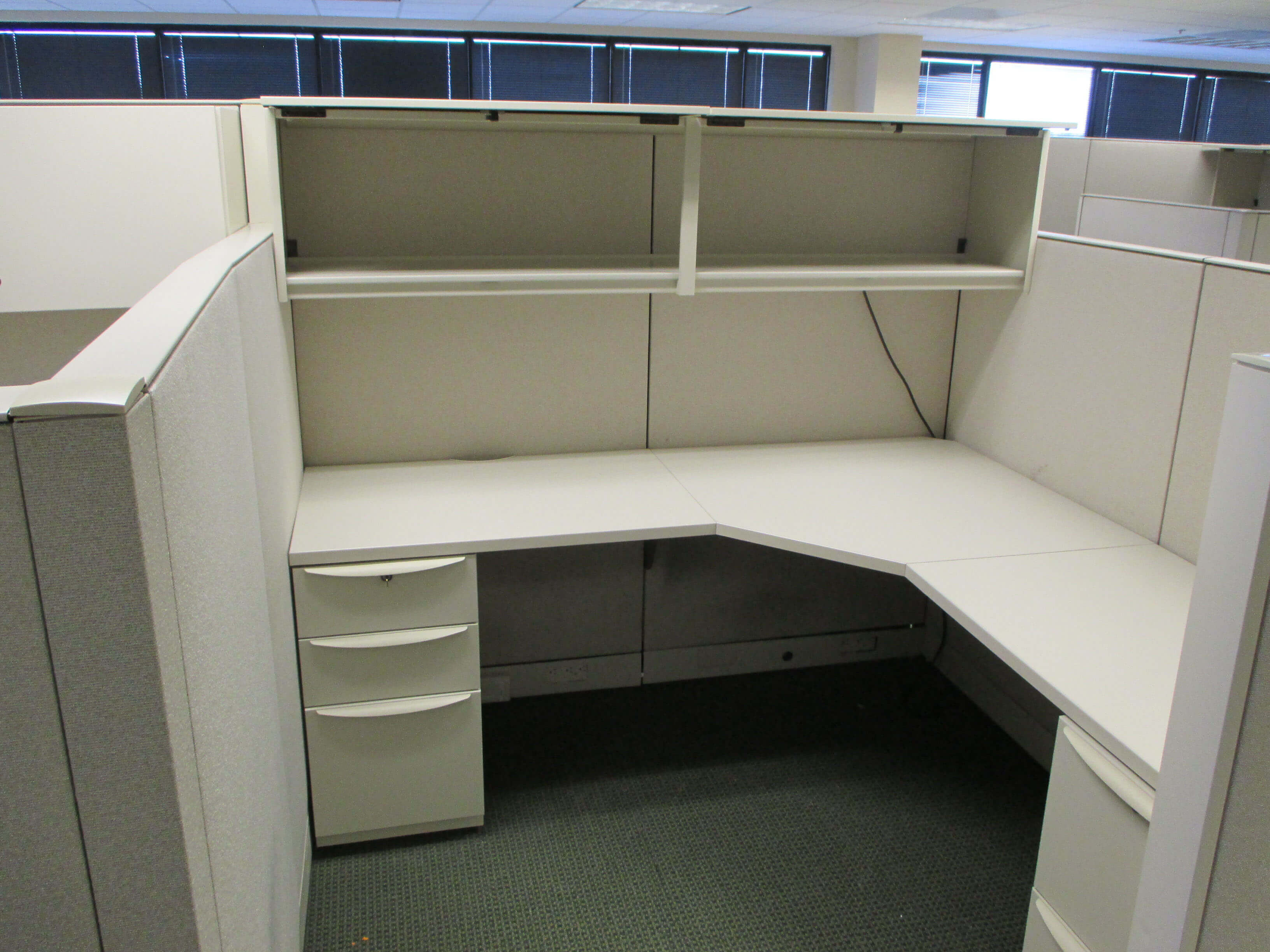 Used cubicles with Low/High Panel Combos from Haworth - This Haworth office furniture is available in modern light finishes and includes plenty of storage space